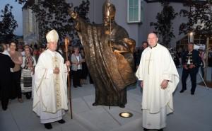 Biskup Pozaić blagoslovio kip sv. Ivana Pavla II., pape na središnjem zaprešićkom trgu